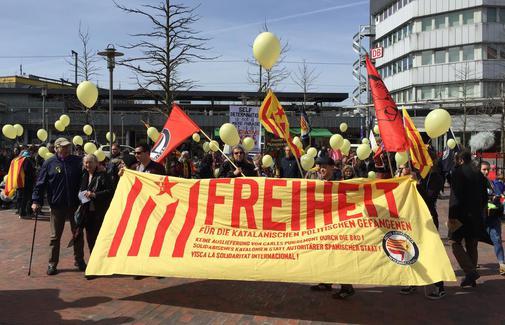demonstranten-feiern-gerichtsentscheidung_pdaarticlewide